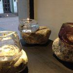 Lasikulhot noudattavat kiven muotoja.